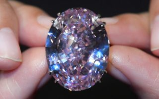 Το διαμάντι 59,60 καρατίων που θα δημοπρατηθεί από τον οίκο Sotheby's.
