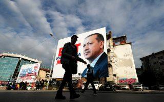 «Ψηφίστε ΝΑΙ, μόνο ο λαός μπορεί να αποφασίσει» γράφει το σύνθημα με το γιγάντιο προρτρέτο του Ερντογάν, στην Κωνσταντινούπολη.