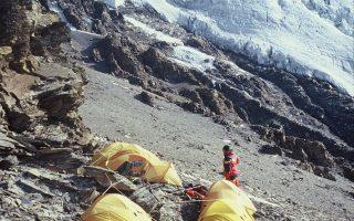 Ο Αντώνης Συκάρης στην κορυφή Νόιγιν Κάνγκσανκ (7.221 μ.) στο Θιβέτ το 2002.