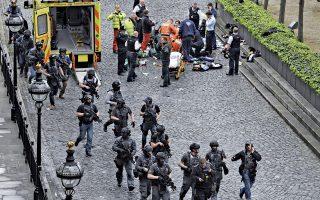 Γιατροί και νοσηλευτές φροντίζουν ένα από τα θύματα της χθεσινής επίθεσης στο κέντρο του Λονδίνου, ενώ την ίδια ώρα αστυνομικές δυνάμεις κατευθύνονται εσπευσμένα προς το κτίριο του Κοινοβουλίου. Η αρχική σύγχυση ως προς τον αριθμό των επιτιθέμενων υποχρέωσε τους αστυνομικούς σε ενδελεχείς έρευνες στα δαιδαλώδη υπόγεια του ιστορικού κτιρίου του Ουέστμινστερ.