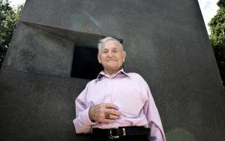 Ο Ρούντολφ Μπράζντα, τελευταίος ομοφυλόφιλος επιζήσας από στρατόπεδα συγκέντρωσης, στέκεται μπροστά σε γλυπτό στη μνήμη των γκέι που διώχθηκαν από τους ναζί. Η φωτογραφία είναι από το 2008.