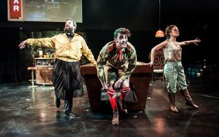 M. Παναγιώτου, Β. Σαφός και Γ. Παπαϊωάννου σε μια σκηνή της παράστασης «Γελοίο σκότος».