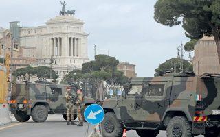 Ιταλοί στρατιώτες φρουρούν σημείο ελέγχου, στο κέντρο της Αιώνιας Πόλης.