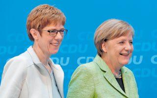 Η καγκελάριος Αγκελα Μέρκελ και η επικεφαλής των Χριστιανοδημοκρατών στο Ζάαρ, τοπική πρωθυπουργός Ανεγκρέτ Κραμπ-Κάρενμπαουερ, μετά την κοινή συνέντευξη Τύπου χθες στο Βερολίνο.
