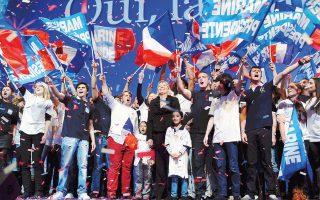 O Γαλλοαλγερινός συγγραφέας περιγράφει το σενάριο να εκλεγεί πρόεδρος της Γαλλικής Δημοκρατίας η Μαρίν Λεπέν – που στο βιβλίο έχει το ψευδώνυμο Μιρέιγ Λεφέκ.
