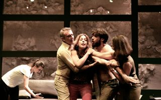 Το επιτυχημένο «Στέλλα, κοιμήσου» του Γιάννη Οικονομίδη είναι από τις παραστάσεις που θα επαναληφθούν στο Εθνικό Θέατρο κατά την ερχόμενη φθινοπωρινή θεατρική σεζόν.
