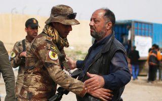Ιρακινός στρατιώτης ελέγχει εκτοπισμένον άνδρα από τη Μοσούλη που αναζητεί ασφαλές καταφύγιο.