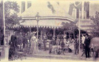 Το επονομαζόμενο «Anglo-Americain» μπαρ, που στήθηκε στο πλαίσιο της Διεθνούς Εκθέσεως του Ζαππείου το 1903 και δίνει ένα στίγμα της εποχής.