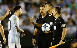 Τη μητέρα ενός εκ των βοηθών διαιτητών της αναμέτρησης της Αργεντινής με τη Χιλή έβρισε ο Μέσι, με αποτέλεσμα η FIFA να τον τιμωρήσει παραδειγματικά.