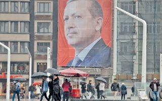 Το γιγαντιαίο προτρέτρο του Ταγίπ Ερντογάν δεσπόζει στην πλατεία Ταξίμ της Κωνσταντινούπολης. Ο Τούρκος πρόεδρος και το κόμμα του μονοπωλούν τα κρατικά μέσα ενημέρωσης στην πορεία προς το δημοψήφισμα.