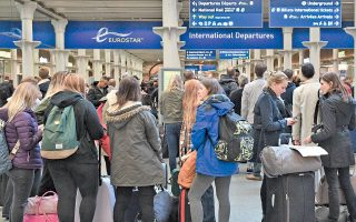 Νεαροί ταξιδιώτες αναμένουν να επιβιβασθούν στον συρμό Eurostar, που συνδέει τον σταθμό Σεν Πάνκρας του Λονδίνου με το Παρίσι, μέσω της σήραγγας κάτω από τη Μάγχη.