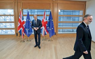 Ο μεγαλύτερος συμβολισμός στην εικόνα στην οποία ο πρέσβης της Βρετανίας αποχωρεί από το κάδρο, έχοντας παραδώσει επιστολή με το αίτημα εξόδου από την Ευρωπαϊκή Ενωση βρίσκεται στις σημαίες. Για την ολοκλήρωση του Brexit, θα απαιτηθούν τουλάχιστον δύο χρόνια, αλλά ήδη γίνεται λόγος για διμερείς σχέσεις Ε.Ε. - Βρετανίας. Στο κέντρο, ο επικεφαλής του Ευρωπαϊκού Συμβουλίου Ντόναλντ Τουσκ εκπροσωπεί την ευρωπαϊκή ενότητα, αλλά τα ερωτήματα για τις τάσεις αποσύνθεσης που πυροδοτεί το Brexit είναι εύλογα. Από τις τάσεις αυτές δεν μένει αλώβητο ούτε το Λονδίνο, καθώς αναμένονται αναταράξεις από τη Βόρεια Ιρλανδία και τη Σκωτία.