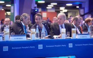 Οι κ. Αντ. Σαμαράς, Κυρ. Μητσοτάκης και Δημ. Αβραμόπουλος κατά τη διάρκεια του χθεσινού συνεδρίου του Ευρωπαϊκού Λαϊκού Κόμματος, στη Μάλτα.