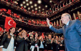 Ο Ταγίπ Ερντογάν προσέρχεται σε προεκλογική του συγκέντρωση ενόψει δημοψηφίσματος, στην Αγκυρα.