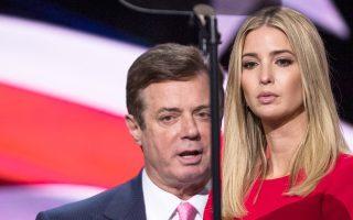Ο Πολ Μάναφορτ και η κόρη του σημερινού προέδρου Τραμπ, Ιβάνκα, στο συνέδριο των Ρεπουμπλικανών τον Ιούλιο στο Κλίβελαντ.