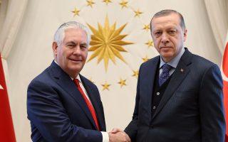 Θερμή χειραψία του Τ. Ερντογάν με τον Ρ. Τίλερσον, κατά την πρώτη επίσκεψη ανώτατου αξιωματούχου της νέας κυβέρνησης Τραμπ στην Aγκυρα.