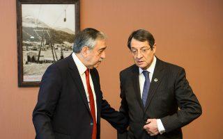 Παρά τη σκληρή ανακοίνωση του τουρκικού Συμβουλίου Εθνικής Ασφαλείας, ο Κύπριος πρόεδρος Νίκος Αναστασιάδης –στη φωτογραφία, με τον Τουρκοκύπριο ηγέτη Μουσταφά Ακιντζί– εξέφρασε την ελπίδα ότι μετά το δημοψήφισμα θα υπάρξει αλλαγή στάσης από την πλευρά της Αγκυρας.