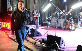 Ο Sam Wrench ταξιδεύει για χρόνια με τους Blur και αποτυπώνει στιγμές από συναυλίες τους.