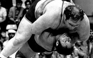 Ο Ντίτριχ σηκώνει τα περίπου 200 κιλά του Αμερικανού με «γέφυρα» και τον σωριάζει στο ταπί το 1972.