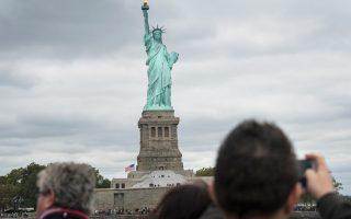 Χιλιάδες κόσμου επισκέπτονται κάθε χρόνο το Αγαλμα της Ελευθερίας στη Νέα Υόρκη. Πολλοί από αυτούς μαζί με τα παιδιά τους μελετούν τη μεταναστευτική ιστορία της οικογένειάς τους.