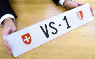 Θέλω να είμαι πρώτος. Το σφυρί έπεσε και η εικονιζόμενη πινακίδα της Ελβετίας καταχωρήθηκε στον νέο της ιδιοκτήτη, ο οποίος μπορεί να βάλει στο αυτοκίνητό του το νέο του απόκτημα που του κόστισε μόλις 149.000 ευρώ. ΕPA/LAURENT GILLIERON