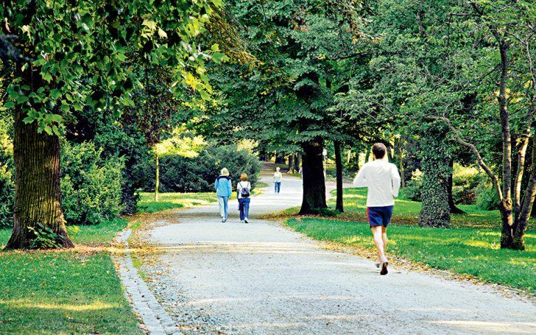 Οι κάτοικοι των δυτικών περιοχών της πόλης πηγαίνουν στο Gruneburgpark –κοντά στον βοτανικό κήπο Palmengarten– για να τρέξουν  ή απλώς να περπατήσουν. (Φωτογραφία: VISUALHELLAS.GR)