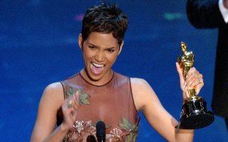 Η Χάλι Μπέρι γίνεται η πρώτη Αφροαμερικανή ηθοποιός που κερδίζει το Όσκαρ πρώτου γυναικείου ρόλου, για την ερμηνέια της στην ταινία «Monsters Ball», κατά τη διάρκεια των 74ων βραβείων Όσκαρ στο Λος Άντζελες το 2002. (AP Photo/Kevork Djansezian)
