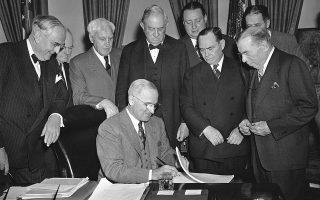 Το 1948, ο πρόεδρος των ΗΠΑ, Χάρι Τρούμαν, υπογράφει το Σχέδιο Μάρσαλ, σύμφωνα με το οποίο παρέχεται οικονομική βοήθεια σε χώρες της Ευρώπης, ύψους 13 δισ. δολαρίων, ενώ ταυτόχρονα διευρύνει τη ζώνη εμπορίου των ΗΠΑ. Από το σχέδιο εξαιρέθηκαν οι χώρες του «Σιδηρού Παραπετάσματος».