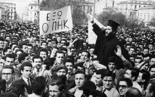 Έλληνες διαδηλωτές αντιδρούν στην απόφαση των Βρετανών να απελάσουν τον αρχιεπίσκοπο Μακάριο από την Κύπρο, πραγματοποιώντας μεγάλες συγκεντρώσεις στην Αθήνα, το 1956. Την ίδια ημέρα, πάνω από 3.000 φοιτητές έκαψαν τη σημαία της Μεγάλης Βρετανίας και πραγματοποίησαν πορεία διαματυρίας προς την πρεσβεία. (AP Photo)