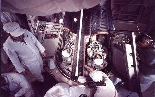 Οι αστροναύτες Βέρτζιλ Γκρίσομ και Τζον Γιάνγκ εισέρχονται στο διαστημόπλοιο Gemini 3, λίγο πριν την εκτόξευσή του από το Κέιπ Κένεντι της Φλόριδα, το 1965. Το Gemini 3 ήταν το πρώτο διαστημόπλοιο που κινήθηκε εκτός προδιαγεγραμμένης τροχιάς. (AP photo)