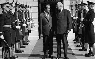 Ο πρόεδρος των ΗΠΑ Ρίτσαρντ Νίξον μιλάει με τον Γάλλο πρόεδρο Σαρλ Ντε Γκωλ, σε επίσκεψη του τελευταίου στον Λευκό Οίκο το 1969. (AP Photo/Henry Burroughs)