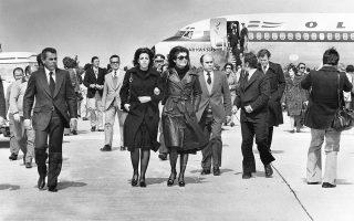 Στις 15 Μαρτίου 1975 πεθαίνει ο Ελληνας μεγιστάνας, Αριστοτέλης Ωνάσης. Στη φωτογραφία η κόρη του Χριστίνα με τη μητριά της Τζάκι, καταφθάνουν στην Ελλάδα για την κηδεία του που θα πραγματοποιηθεί στις 18 Μαρτίου στον Σκορπιό. (AP Photo)