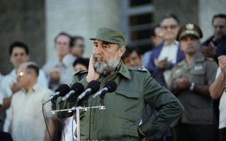 Ο Κουβανός πρόεδρος, Φιντέλ Κάστρο, ετοιμάζεται να απευθύνει ομιλία σε περισσότερους από 50.000 φοιτητές, έξω από το αρχηγείο του στην Αβάνα, το 1990. Ο Κάστρο σκέφτεται πριν ξεκινήσει την ομιλία του, την οποία κλείνει με τη φράση: «Δεν χρειάζεται να φοβάστε, γιατί τα ιδανικά της χώρας μας είναι αθάνατα». (AP Photo/Charles Tasnadi)
