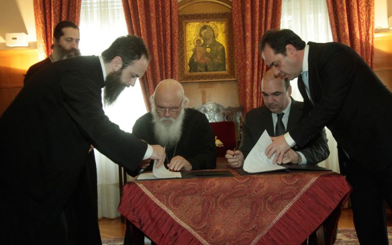 stratigiki-synergasia-apostolis-amp-8211-masoyti-gia-ti-stirixi-oikogeneion-poy-echoyn-anagki-2179989