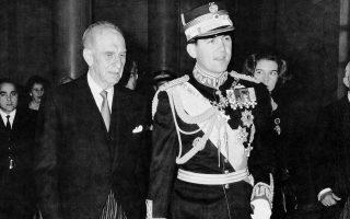 Το 1964 ο Κωνσταντίνος Β' ορκίζεται βασιλεύς της Ελλάδος, μετά τον θάνατο του πατέρα του. Στην ορκωμοσία του παρέστη ο πρωθυπουργός Γεώργιος Παπανδρέου.