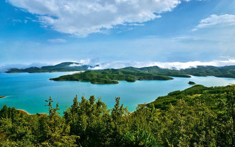 Η λίμνη Πλαστήρα θεωρείται ο υδάτινος παράδεισος της Θεσσαλίας και προσφέρεται για πλήθος φυσιολατρικών δραστηριοτήτων. (Φωτογραφία: ΦΩΣ & ΓΡΑΦΗ)