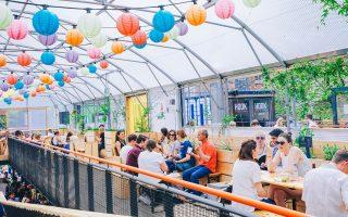 Μυρωδιές σάλτσας τζερκ, πιμέντο και καφέ Blue Mountain στροβιλίζονται ανάμεσα στις δυνατές μπασογραμμές των Misty In Roots. Το Pop Brixton άνοιξε τις πόρτες του στις 29 Μαΐου του 2015.