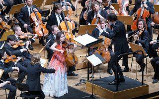 Η Πατρίτσια Κοπατσίνσκαγια και ο Θεόδωρος Κουρεντζής με το σύνολο MusicAeterna ερμηνεύουν το Κοντσέρτο για βιολί του Άλμπαν Μπεργκ (φωτ.: Χ. ΑΚριβιάδης).