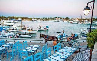Ψαροταβέρνες, μπαρ, βάρκες, ιστιοπλοϊκά και περαστικές άμαξες στο παλιό λιμάνι των Σπετσών. (Φωτογραφία: VISUALHELLAS.GR)
