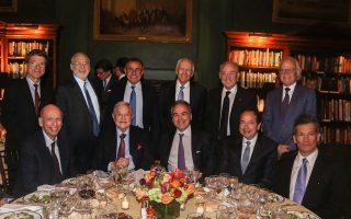 Στη φωτογραφία, ορισμένοι από τους συνδαιτυμόνες στο δείπνο της Νέας Υόρκης: (καθήμενοι από αριστερά) Byron Wien, Vice Chairman Blackstone, George Soros, επενδυτής, Στέλιος Ζαββός, οικοδεσπότης, John Paulson, μέτοχος Τράπεζας Πειραιώς, Alpha Bank και ΕΥΔΑΠ, Louis Bacon, ιδιοκτήτης Moore Capital, (όρθιοι εξ αριστερών) Jeffrey Sachs, καθηγητής στο Columbia University, Joseph Stiglitz, νομπελίστας καθηγητής στο Columbia University, Nouriel Roubini, καθηγητής στο New York University, Wesley Clark, τ. αρχιστράτηγος των συμμαχικών δυνάμεων του ΝΑΤΟ, Dr Jacob Frenkel, Chairman JPMorgan Chase International, και Martin Indyk, επικεφαλής του Brookings Institution.