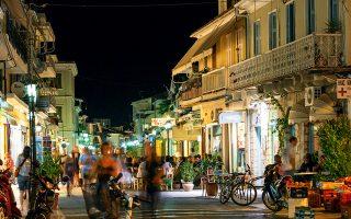 Ζωντάνια και άρωμα καλοκαιριού στα πλακόστρωτα της πόλης. (Φωτογραφία: VISUALHELLAS.GR)