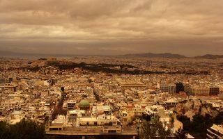 Αποψη της Αθήνας από τον Λυκαβηττό. Σε πρώτο πλάνο ο τρούλος του Αγίου Διονυσίου στη Σκουφά. Η ελληνική πρωτεύουσα συμβολίζει και για τα ξένα πρακτορεία τη δυστοπία της μακροχρόνιας κρίσης.