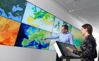 Σε αυτό το δωμάτιο, οθόνες υψηλής ευκρίνειας παρουσιάζουν σε πραγματικό χρόνο την οπτικοποίηση της ανάλυσης των μετεωρολογικών δεδομένων.