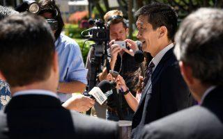 Ο γενικός εισαγγελέας της Χαβάης, Ντάγκλας Τσιν, ενώ κάνει δηλώσεις σε δημοσιογράφους.