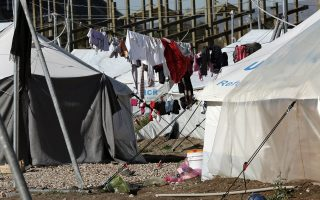 Ξαφνικές «απουσίες» σημειώνονται σε καταυλισμούς, αφού πολλοί σπεύδουν μέσω διακινητών να περάσουν τα σύνορα πριν από την κρίσιμη ημερομηνία.