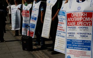 «Ελα να ξεχρεώσεις και εσύ» έγραφαν τα πλακάτ της «Ελλήνων Συνέλευσις». Τώρα υποστηρικτές της οργάνωσης με υπεύθυνες δηλώσεις τους ανακαλούν πλέον τα εξώδικά τους.