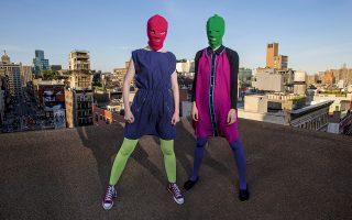 Η χρωματιστή μπαλακλάβα, σήμα κατατεθέν των Pussy Riot, παραπέμπει στις πολύχρωμες, άμορφες φιγούρες του Καζιμίρ Μαλέβιτς, ενός από τους ηγέτες της Ρωσικής Πρωτοπορίας. © Robert Caplin/The New York Times