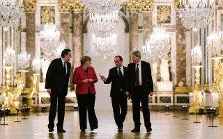 Στις Βερσαλλίες την περασμένη Δευτέρα, ο Φρανσουά Ολάντ και η Αγκελα Μέρκελ, με την προσθήκη των Πάολο Τζεντιλόνι και Μαριάνο Ραχόι, προσπάθησαν να δώσουν μια ένεση αισιοδοξίας με την προοπτική της «Ευρώπης των πολλών ταχυτήτων».