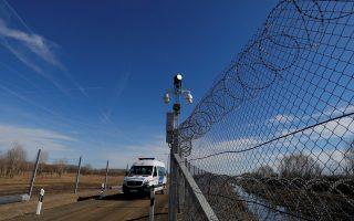 Οχημα της ουγγρικής αστυνομίας εποπτεύει τον «έξυπνο φράχτη» στα σύνορα με τη Σερβία.