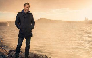Τζο Νέσμπο. Ο διάσημος Νορβηγός συγγραφέας αστυνομικών μυθιστορημάτων, δημιουργός του καλτ ντετέκτιβ Χάρι Χόλε, βλέπει τα βιβλία του να ξεπερνούν τα 33.000.000 αντίτυπα παγκοσμίως.